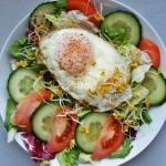 Salatka z jajkiem sadzony...