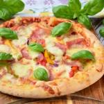 Pizza z szynką i serem....