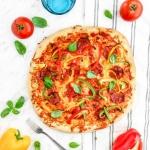 Pizza z salami, papryką...