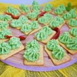 Krakersy z pasta z zielon...