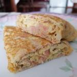 Rolowany omlet z szynką...