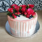 Tort z owocami i kwiatami