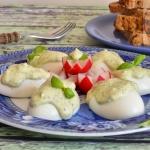 Jajka z bazyliowo...