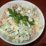 Salatka z kolorowym makar...