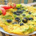 Omlet z rukola i oliwkami...