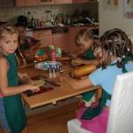 Dzieci pieką ciastka,...