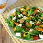 Kolorowa salatka z grzank...