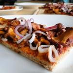 Pizza z kurkami i czerwon...