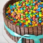 Tort z cukierkami i kreme...