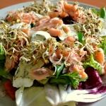 Salata z lososiem, camemb...