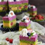Tort szpinakowy z owocami