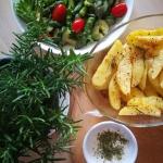 Pieczone ziemniaki z sala...