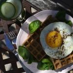 Gofry z jajkiem sadzonym.