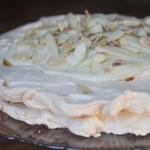 Tort bezowy z gruszkami
