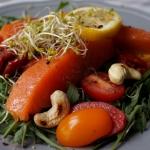 Salatka z pstragiem i orz...