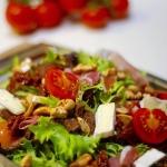 Salatka z wolowina, orzec...