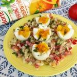 Jajka podane na salatce z...