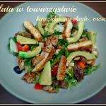 Salata w towarzystwie kur...