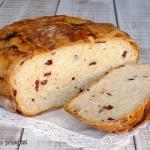 Chleb z zurawina z naczyn...