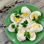 Jajka w sosie chrzanowym...