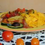 Makaron z warzywami i grz...