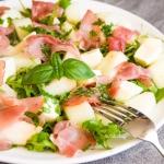 Salatka z melonem i szynk...