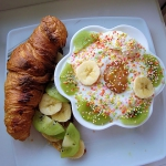 54. Croissant z owocami i...