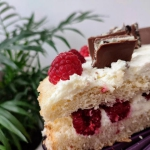 Prosty tort z malinami