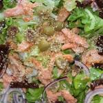 Salatka z wedzonym pstrag...