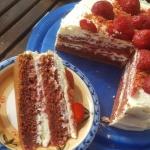 Czerwony tort truskawkowy...