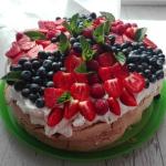 Bezowy  tort z bitą...
