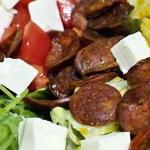 Salatka z chorizo i winog...
