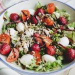 Lekka salatka z truskawka...
