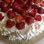 Tort bezowy z truskawkami...