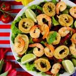 Salatka z owocami morza.