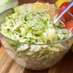 Surowka z salata lodowa, ...