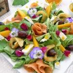 Salatka z kwiatami rozy i...